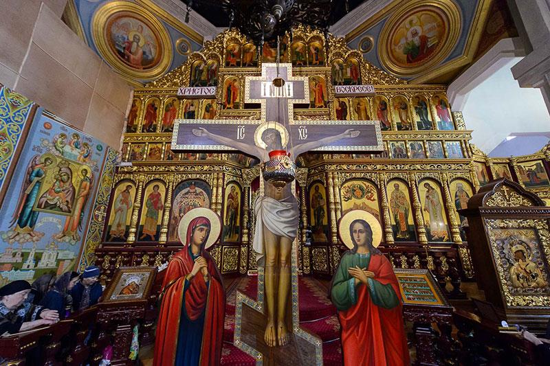 Митрополит Александр совершил утреню с Последованием святых Страстей Господа Иисуса Христа в Вознесенском соборе Алма-Аты